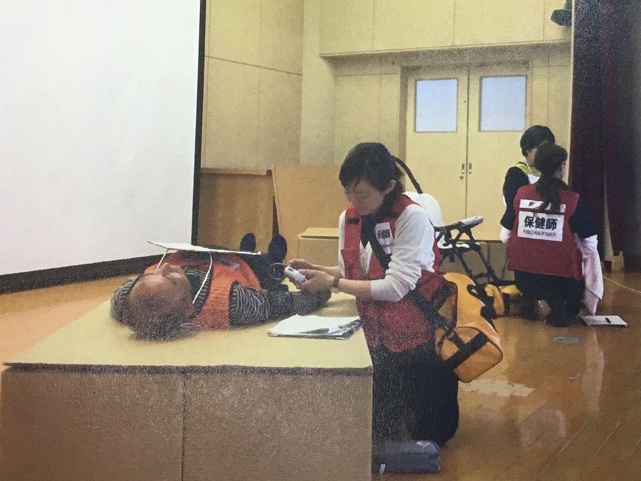 福祉避難所連携訓練の訓練を実演中の保健師さんたち