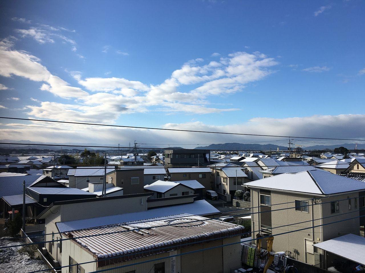 30日から降った雪が31日の朝には晴れた空のもと一面の銀世界となっています