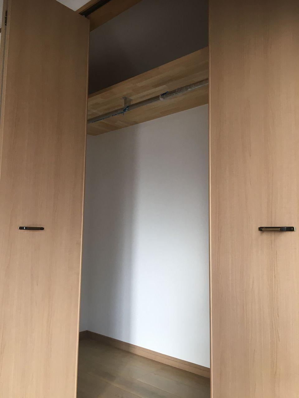 洋室の棚のついたクローゼット