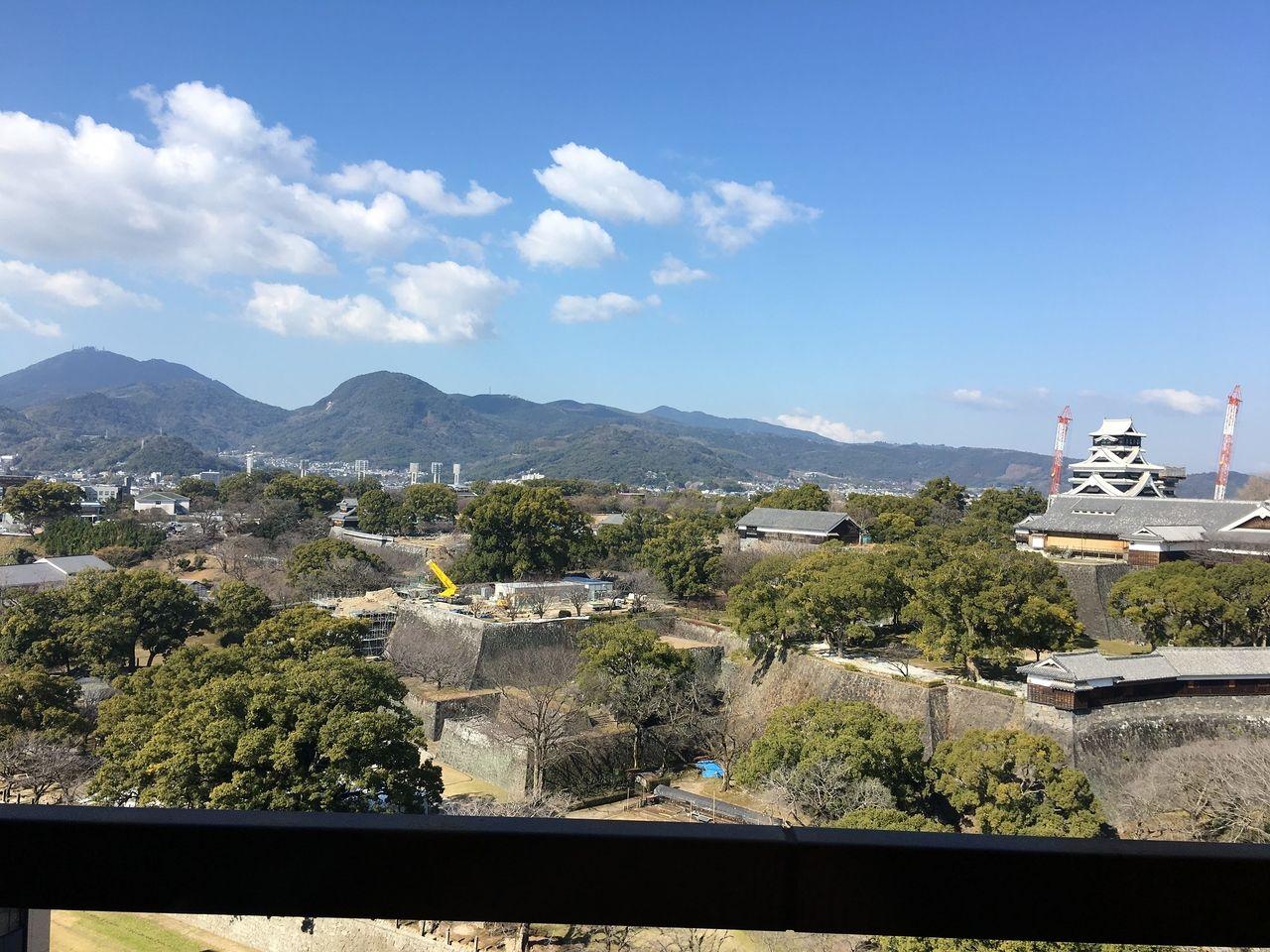 青空のなかに佇む工事中の熊本城