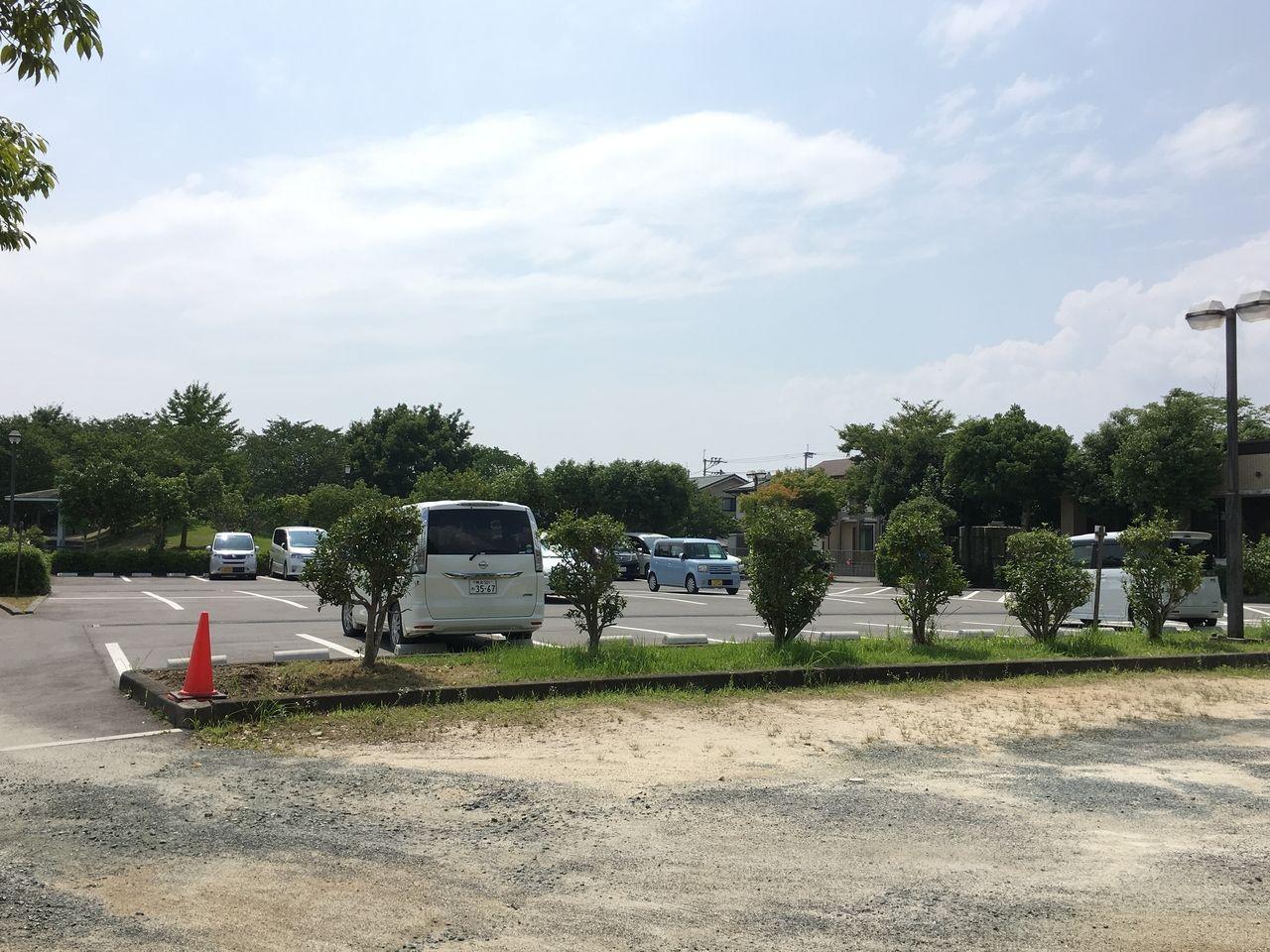 アスファルト舗装の第一駐車場