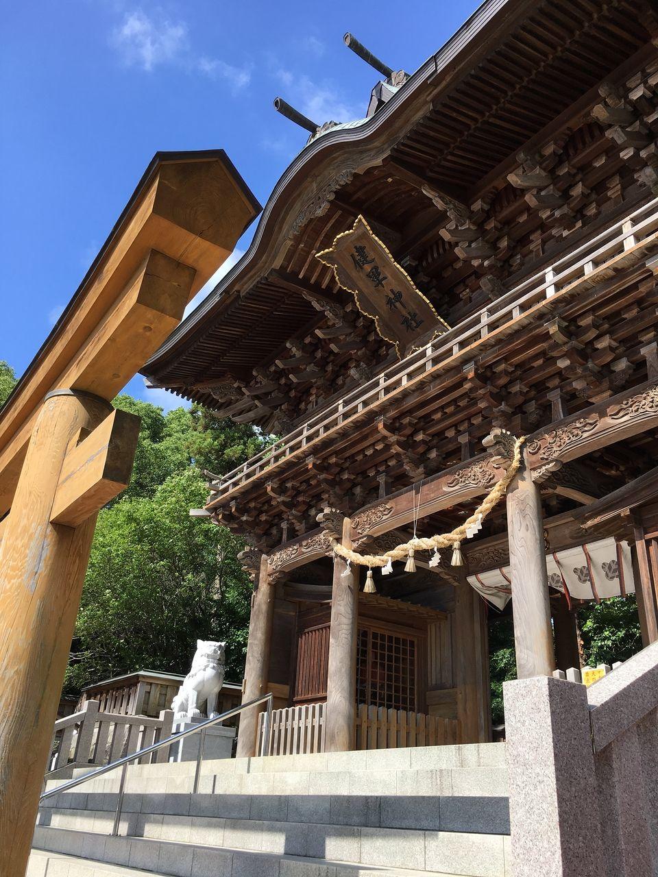 木製の鳥居をくぐり楼門へ