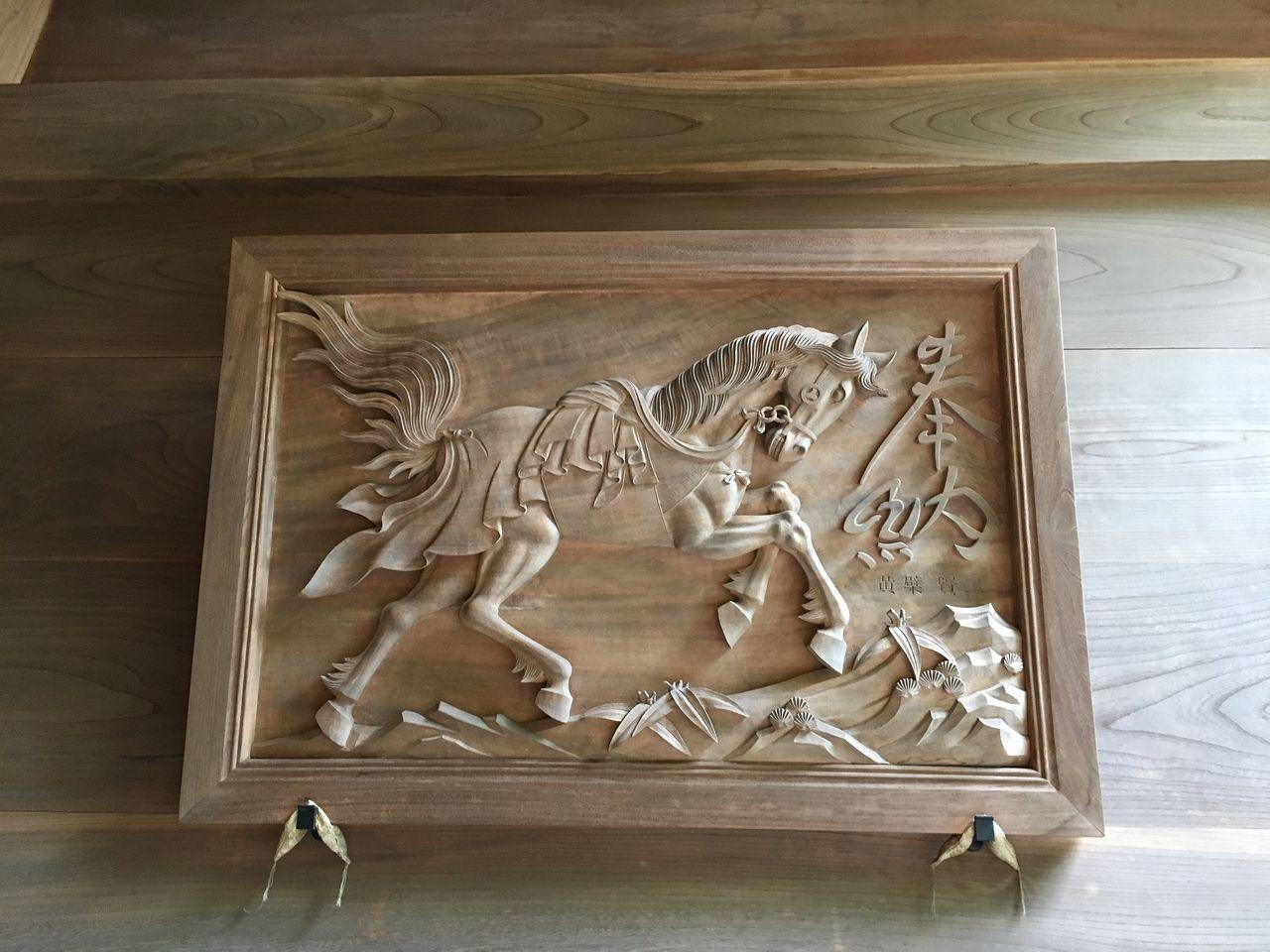 楼門の壁に奉納された馬の彫刻