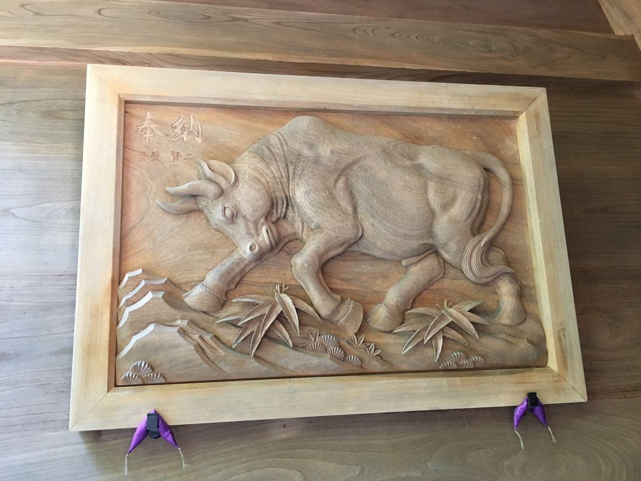 反対側の壁に奉納された牛の彫刻