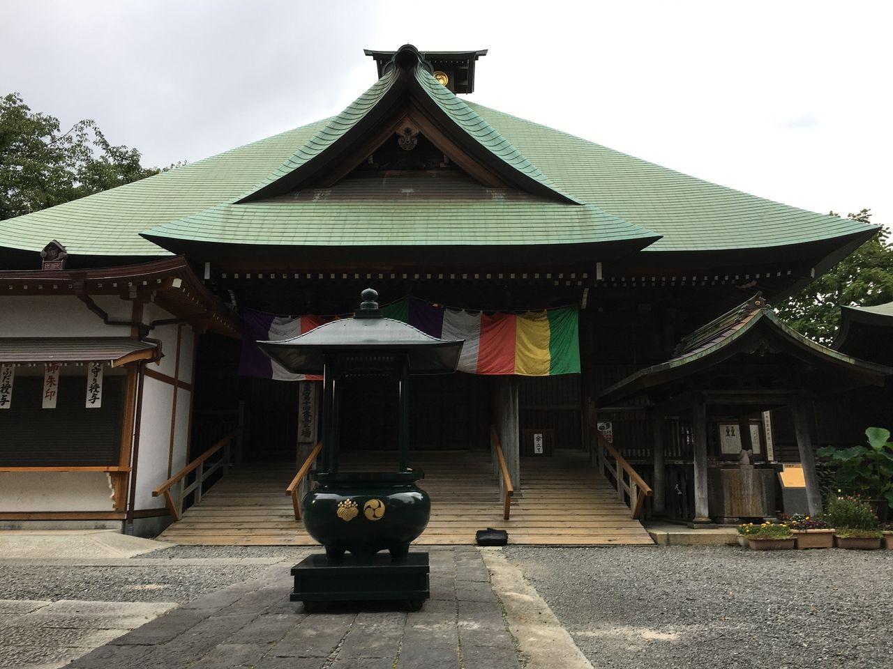 夕闇の静けさの中にそびえる弘明寺本殿