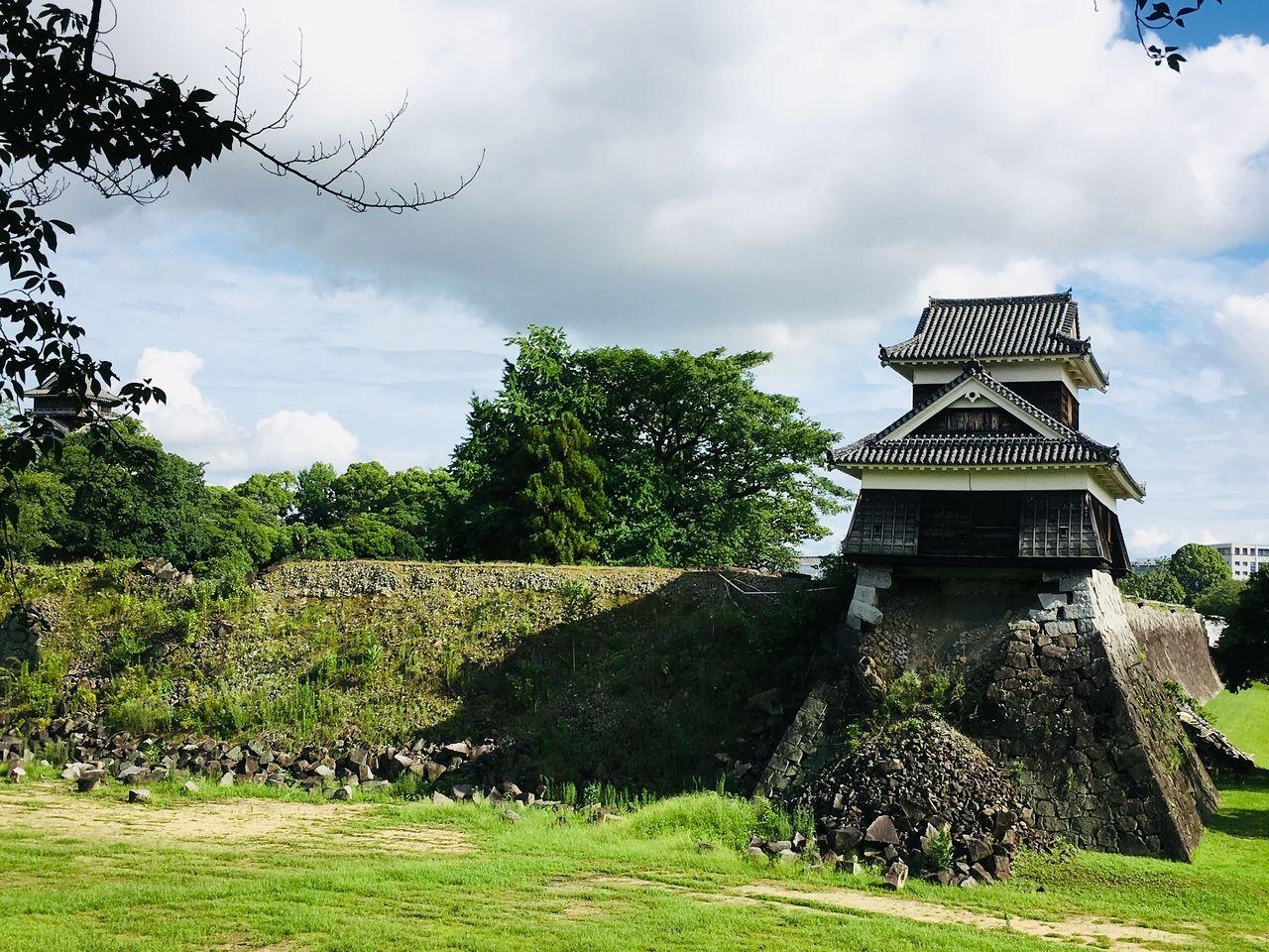 特別史跡熊本城の石垣は、熊本城を特徴付ける貴重な文化財ですので旧来の位置に石を戻して復旧します。そのため、まず崩落した石の位置を記録し、石に番号を付け、個々の石の特徴を記録・整理して積み直し…