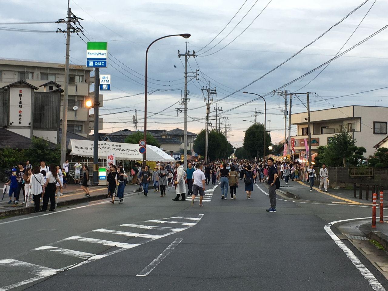 東京渋谷を思わせる人の波