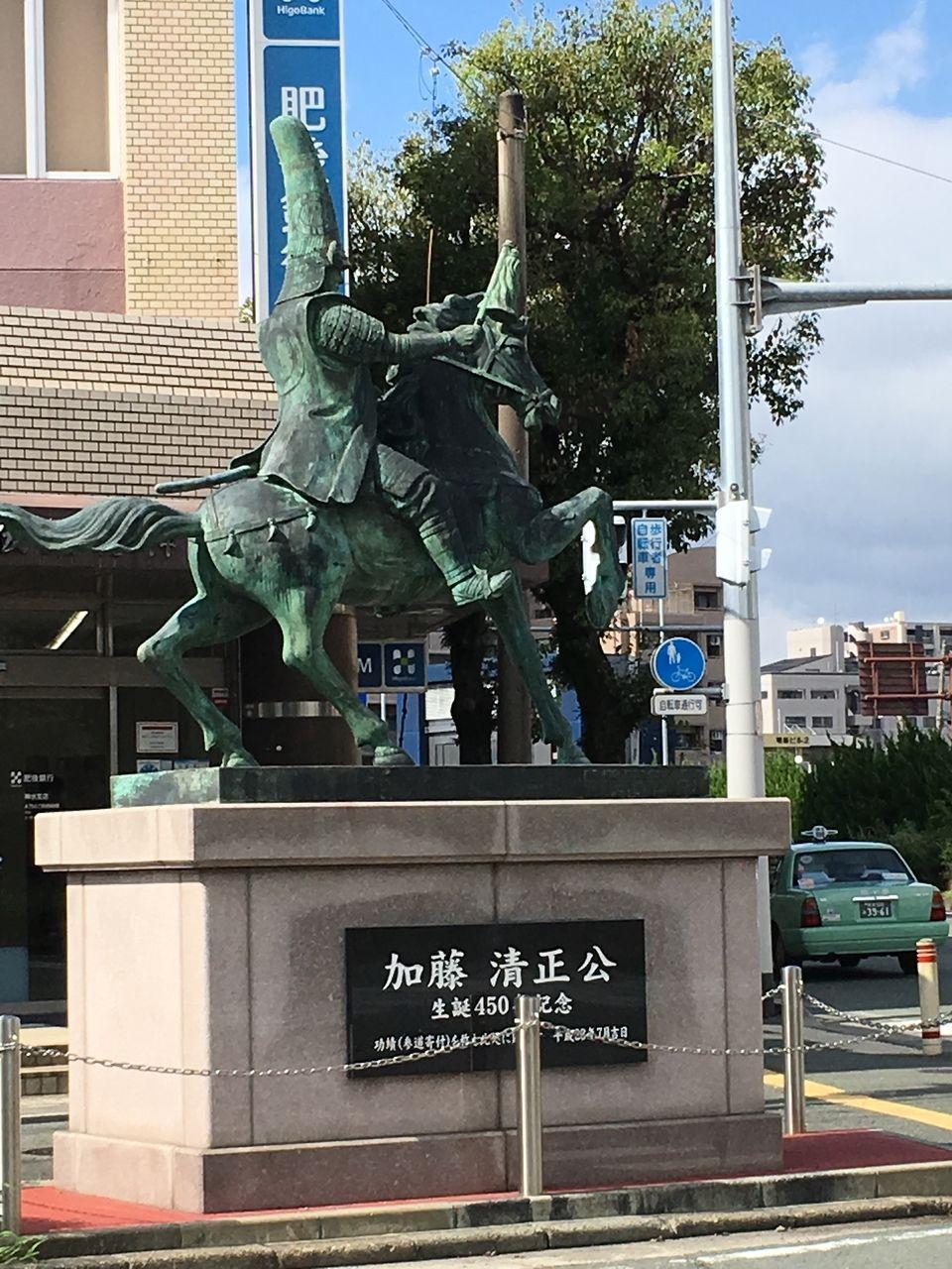 参道を分断する東バイパスとの交差点に立ち健軍神社を望む清正像