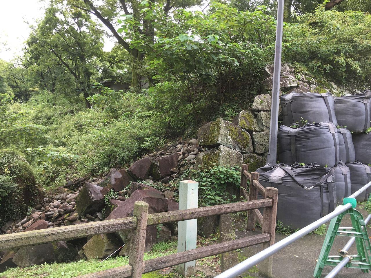 石垣の二次崩落を防ぐため応急てき安全対策としてつまれいる大型土嚢