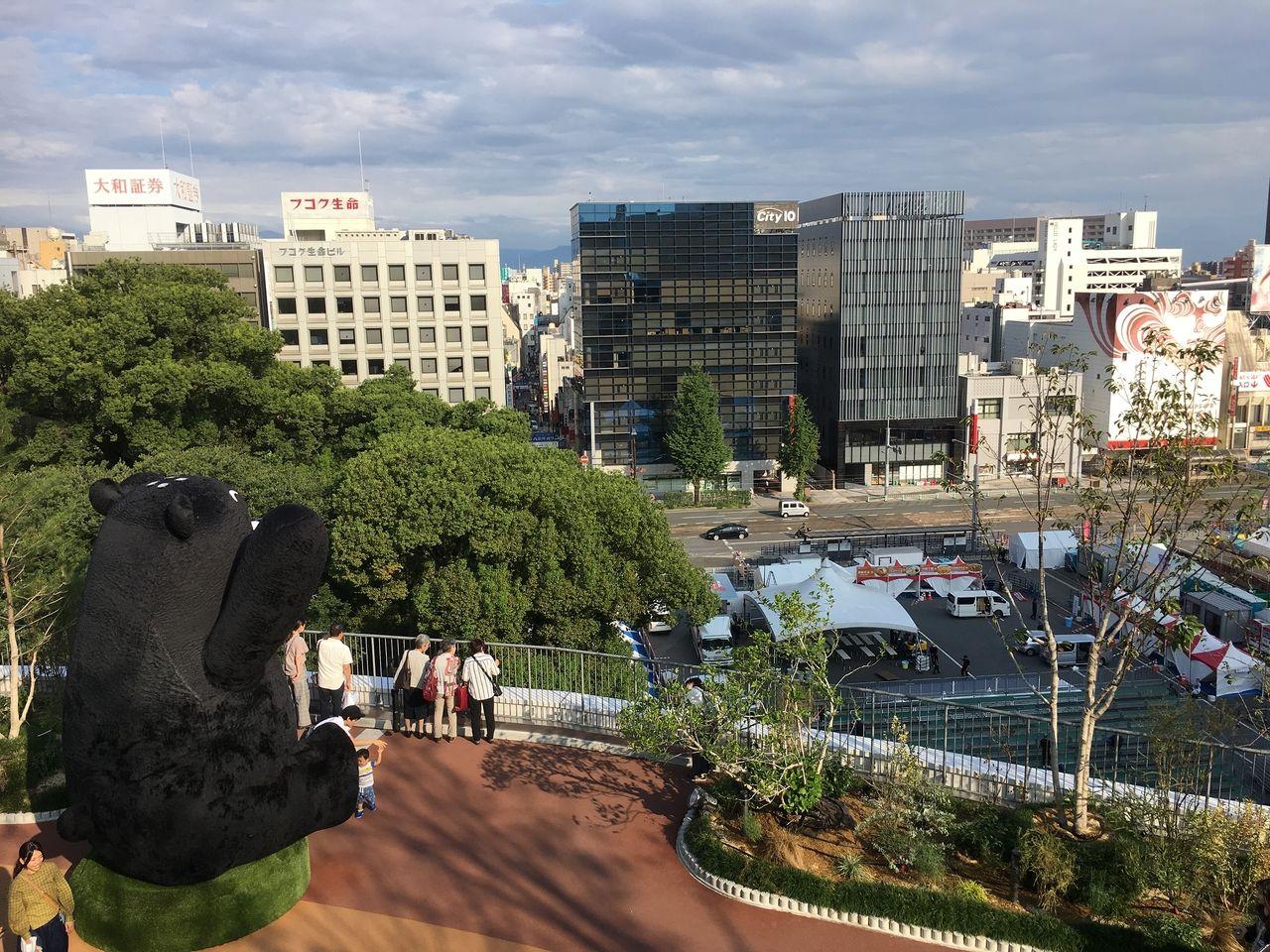 サクラマチ ガーデンから街中を見下ろすクマモン