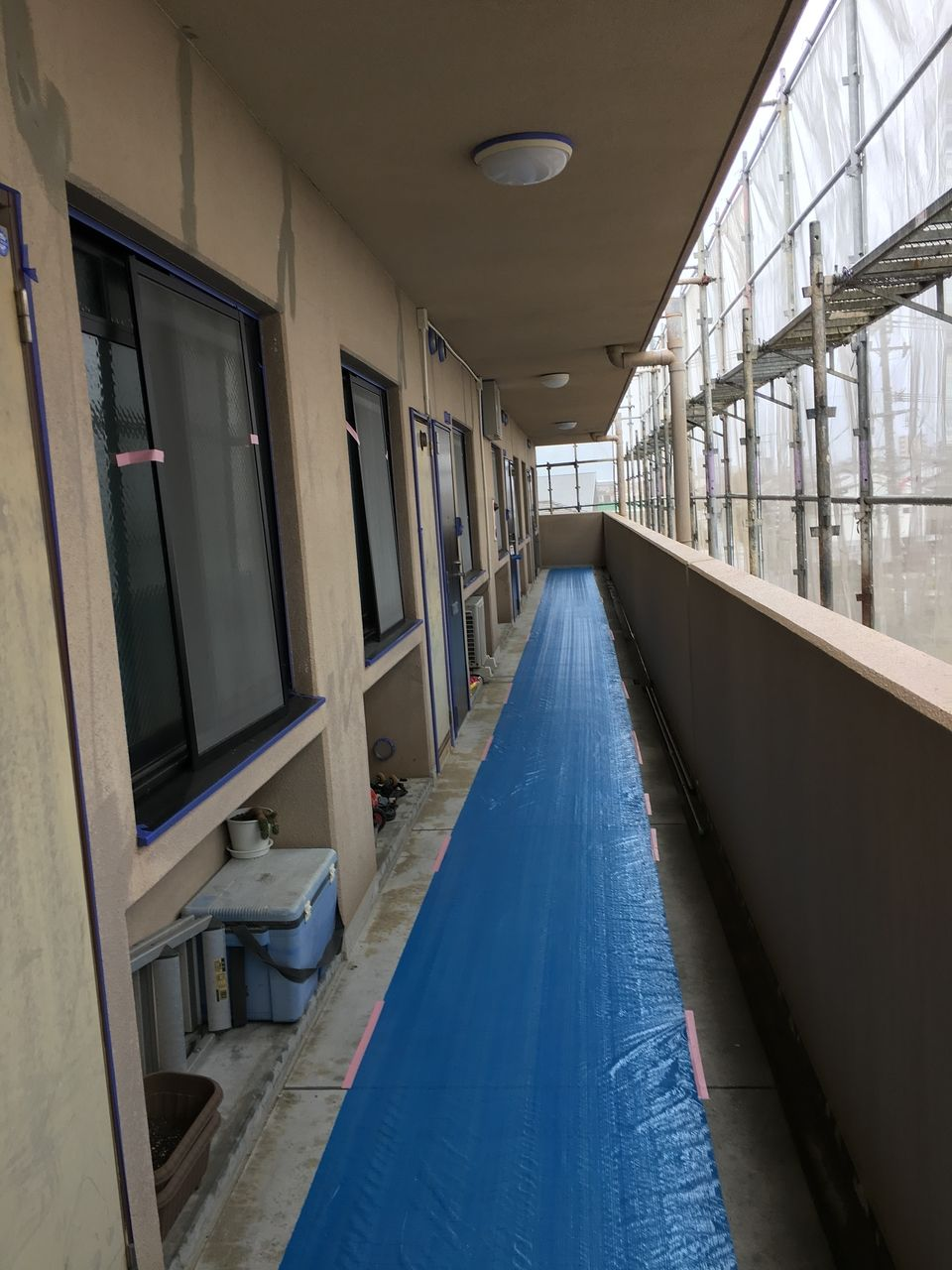 廊下に養生シートが張られました。壁の補修も施されています。