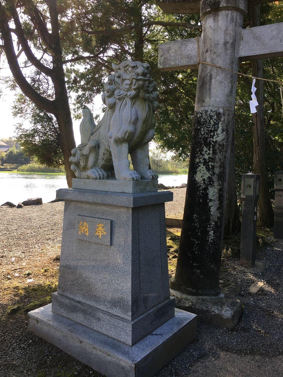 参道入り口に控える御鎮座1千年記念の狛犬