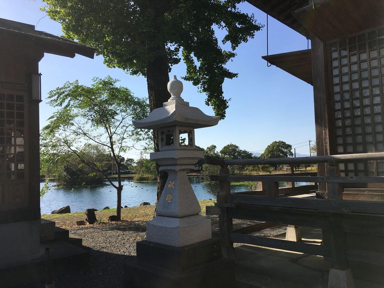 本殿横から浮島周辺水辺公園を望む