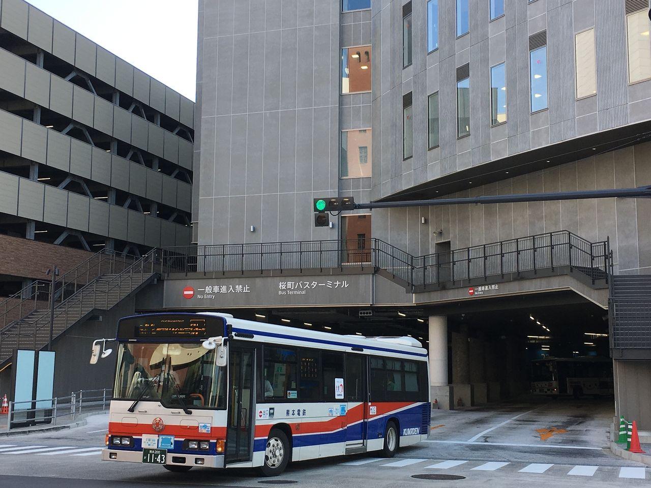 バスターミナルのバス専用出入口
