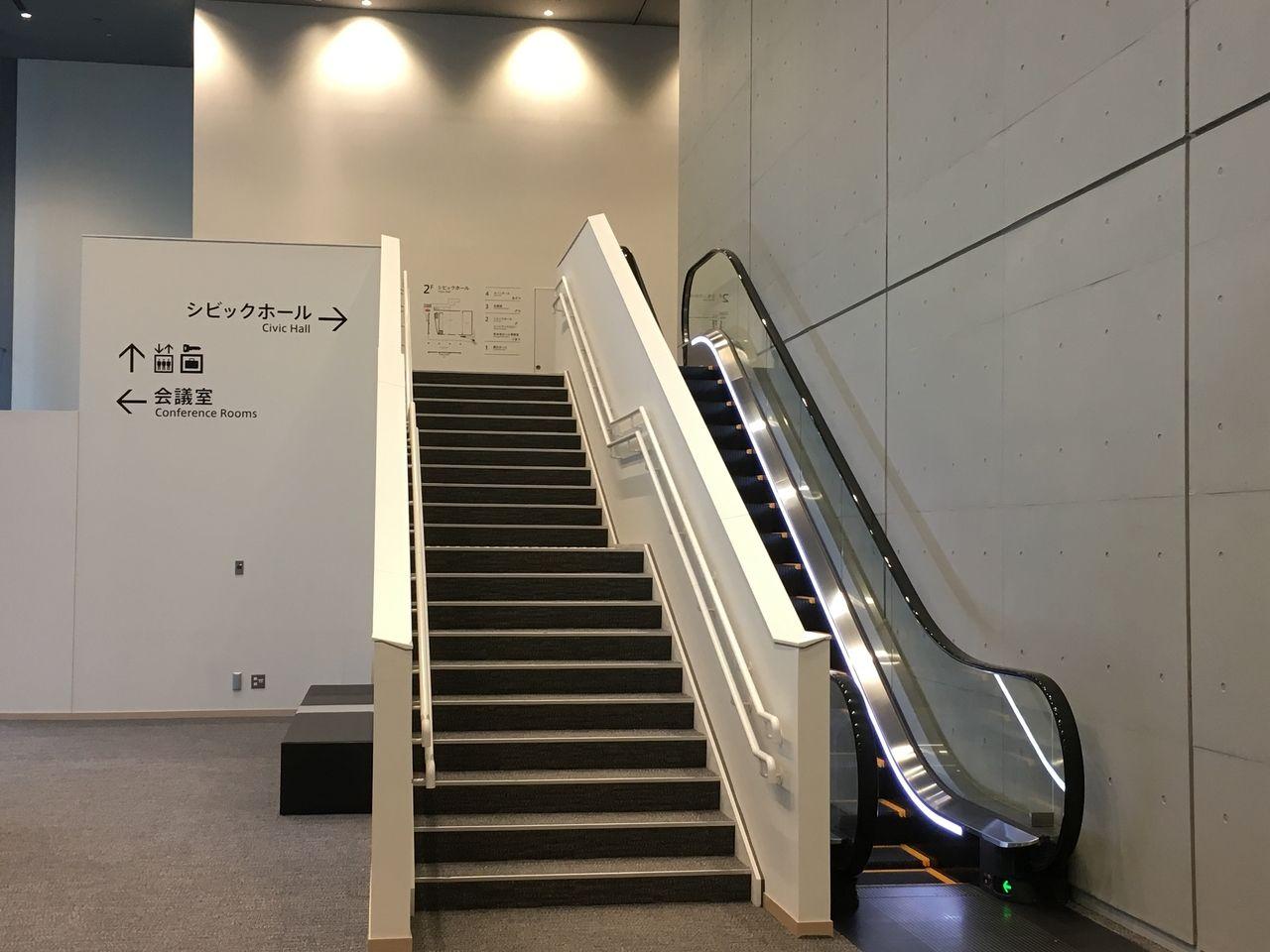 シビックホールへの中階段