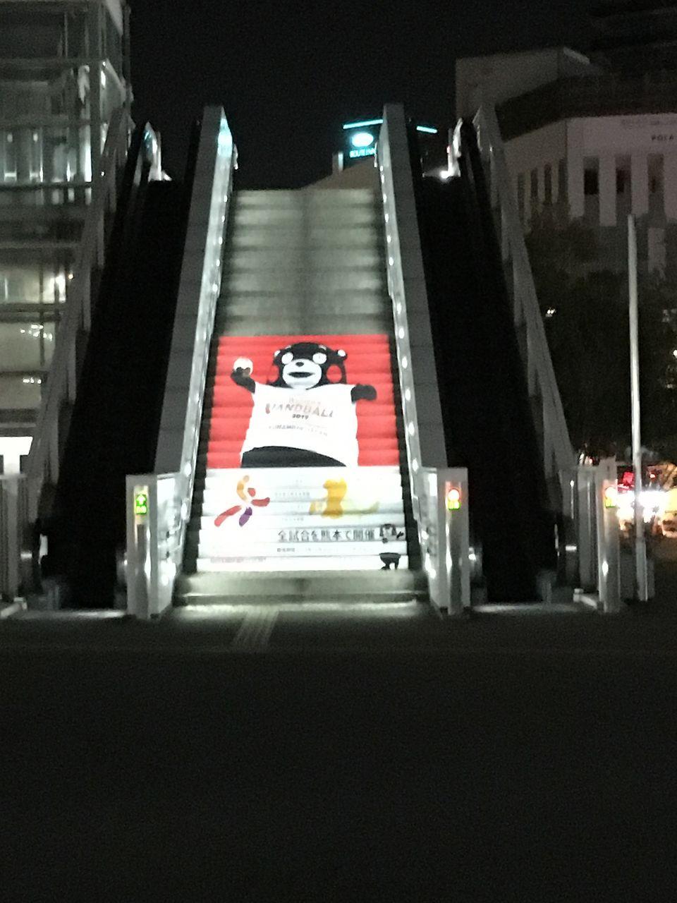 熊本駅前広場でエスカレーターになった「くまモン」