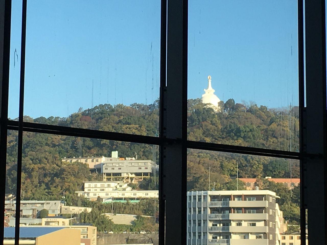 熊本駅新幹線ホームから望む花崗山の仏舎利塔