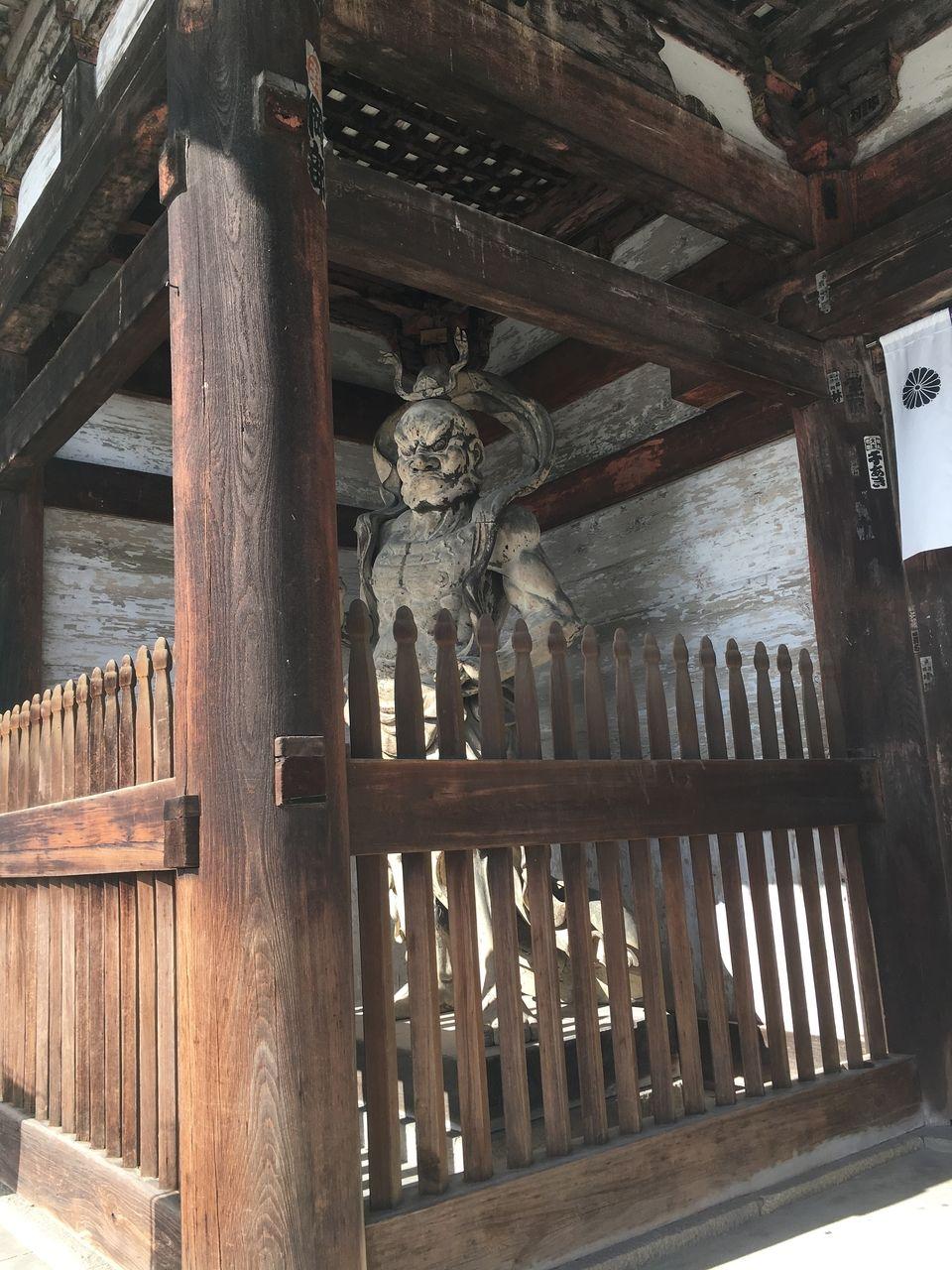 仁和寺 仁王門に立つ仁王像