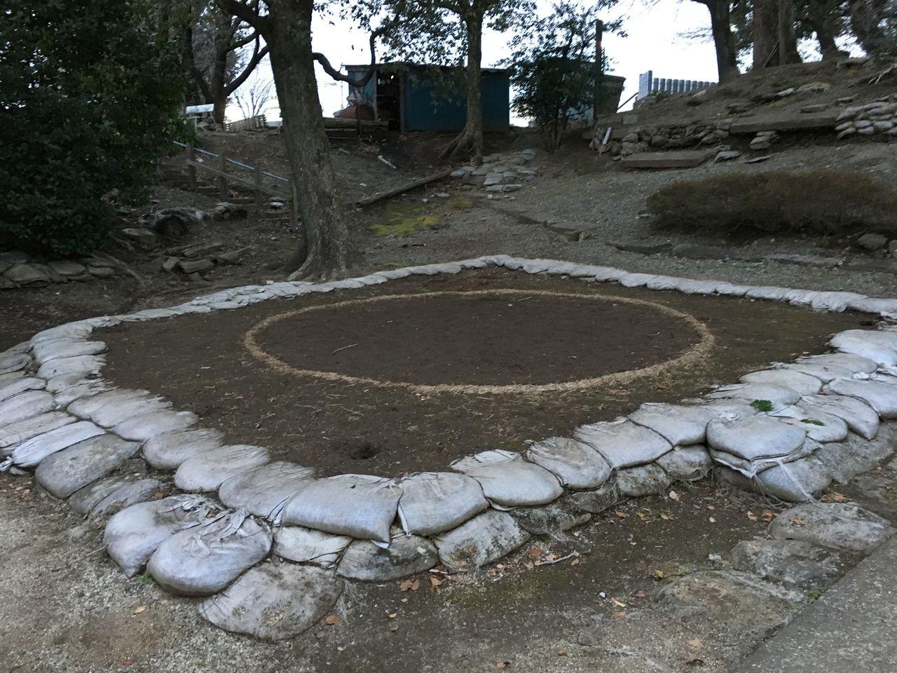一の鳥居と二の鳥居の間にある子ども相撲の土俵