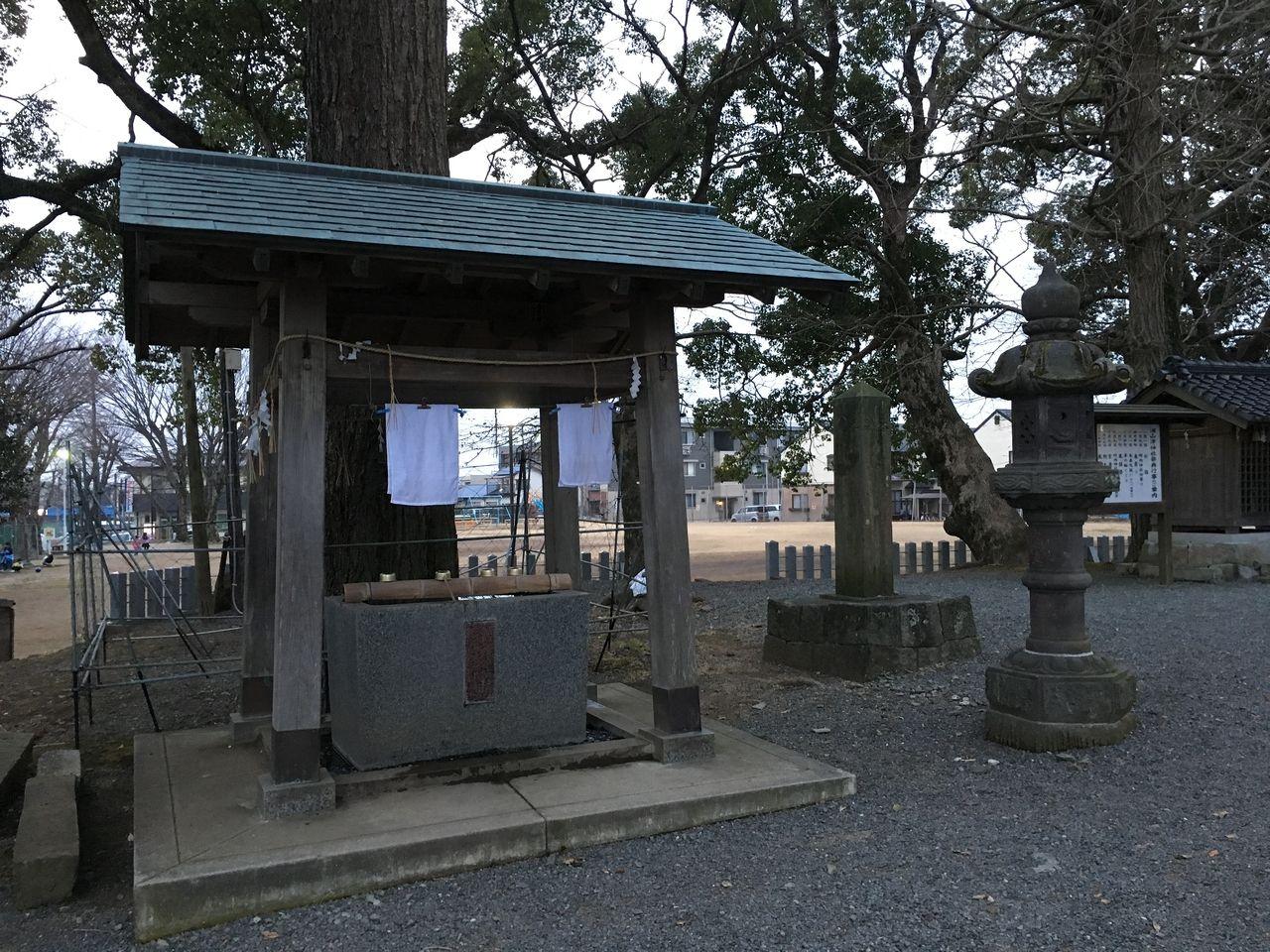 手洗い場と歴史を感じさせる記念碑