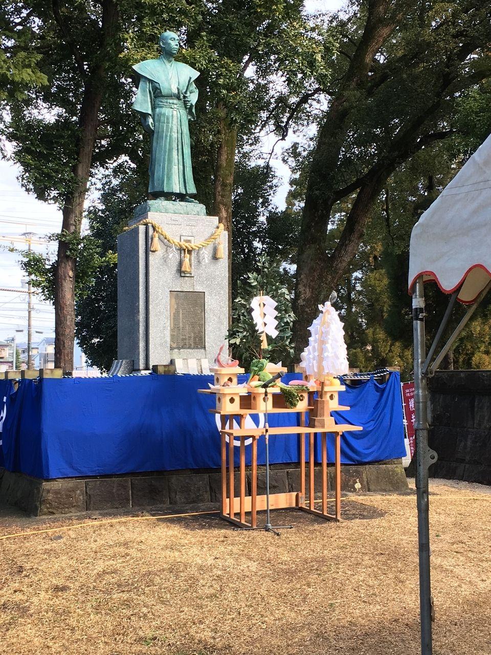 小楠先生の銅像前に飾られた祭壇
