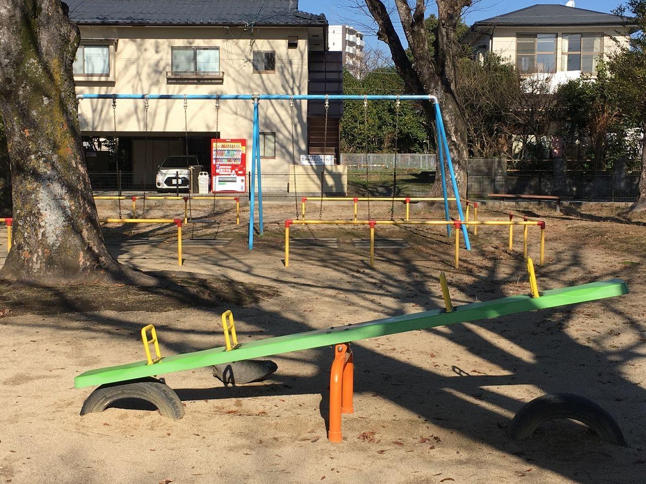 ブランコやシーソーでも、暖かくなると子どもたちの遊ぶ姿がみえます。