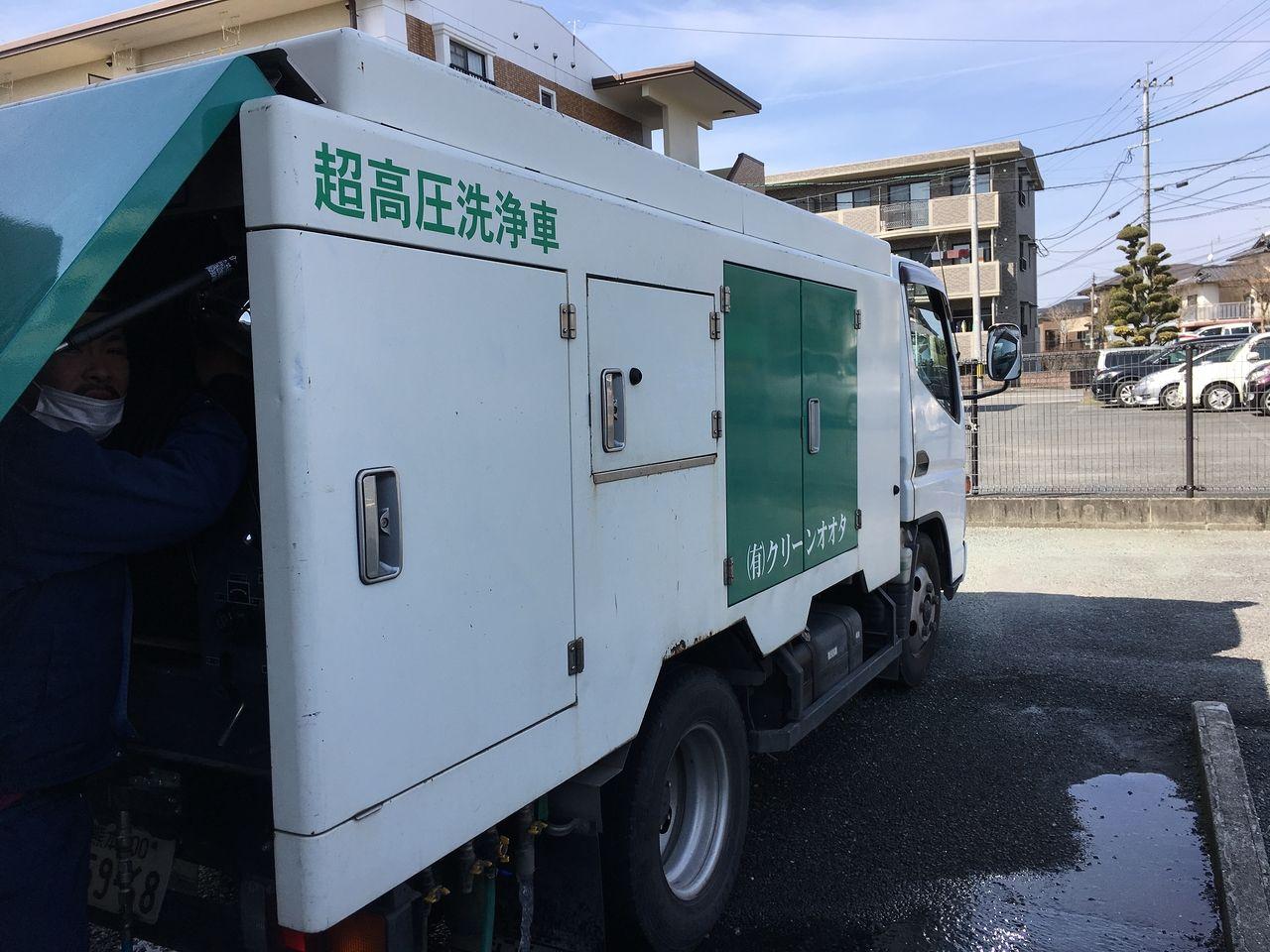 当社は入居者の皆さんに快適すごしていただくために定期的に排管の清掃作業をしてもらっています。