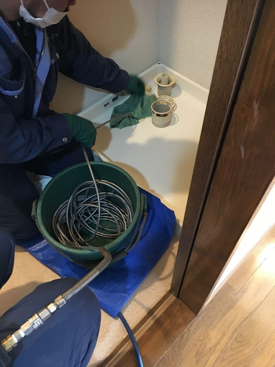洗濯機置場の排管の清掃作業