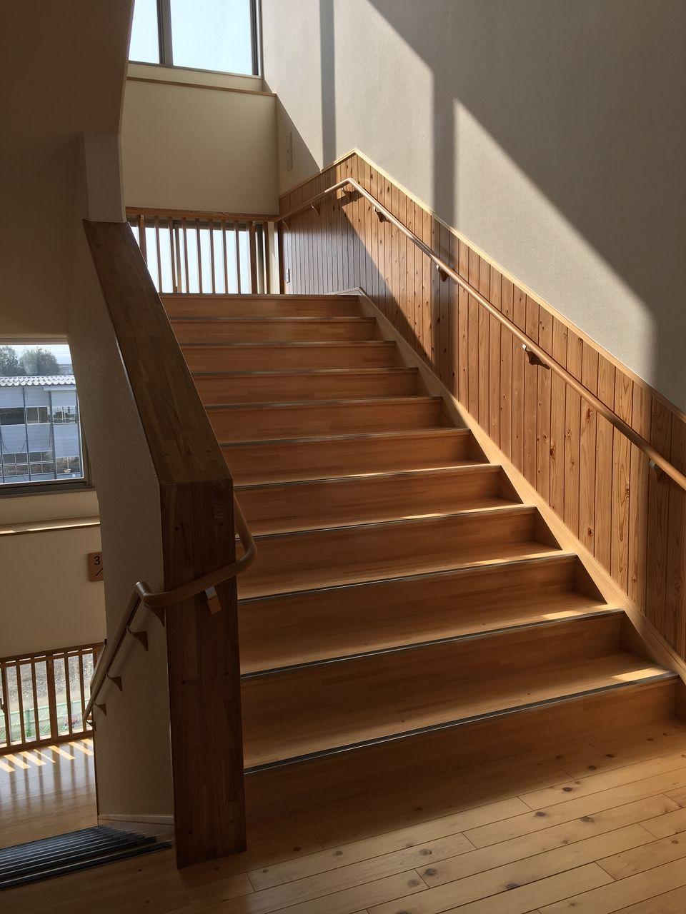 腰板が貼られて落ち着いた雰囲気の階段