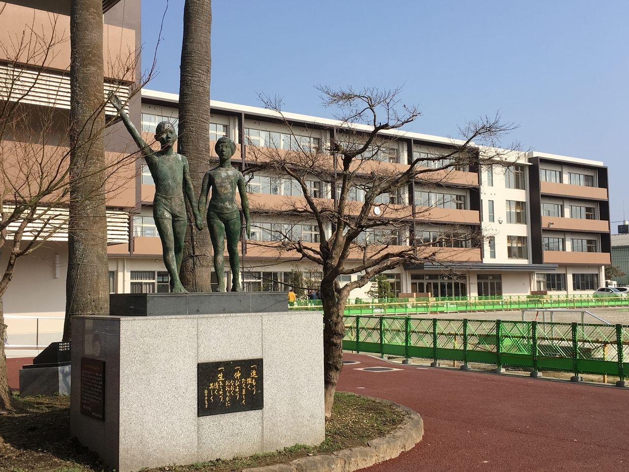 旧校舎の頃からある校訓の記載されて記念像と新校舎