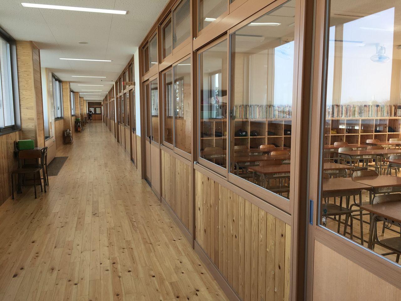 木が貼られて落ち着いた雰囲気の教室と廊下