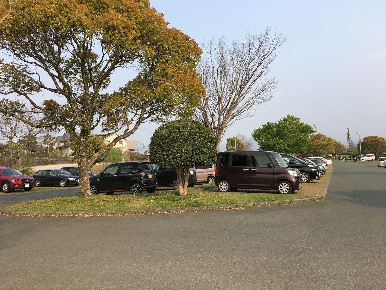 熊本市東区の水前寺江津湖公園・広木地区新緑の木々に囲まれている駐車場