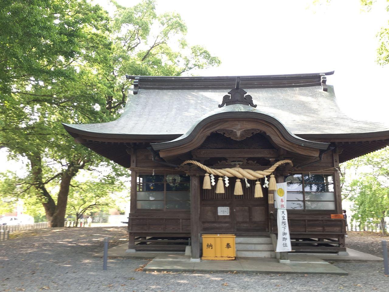熊本市東区の沼山津神社のエネルギー溢れる新緑の中に佇む本殿