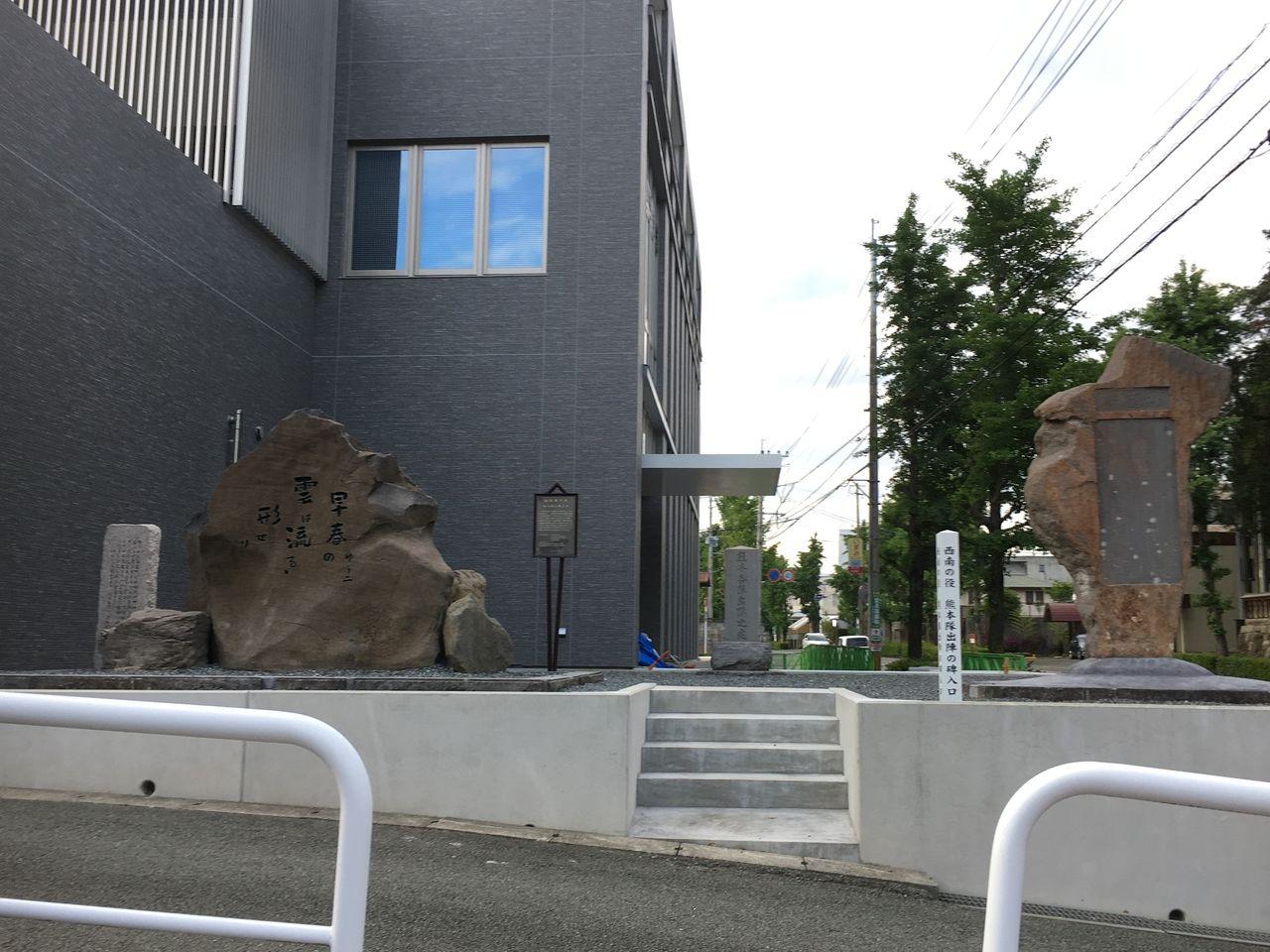 参道入口にある西南の役の熊本隊出陣の記念碑
