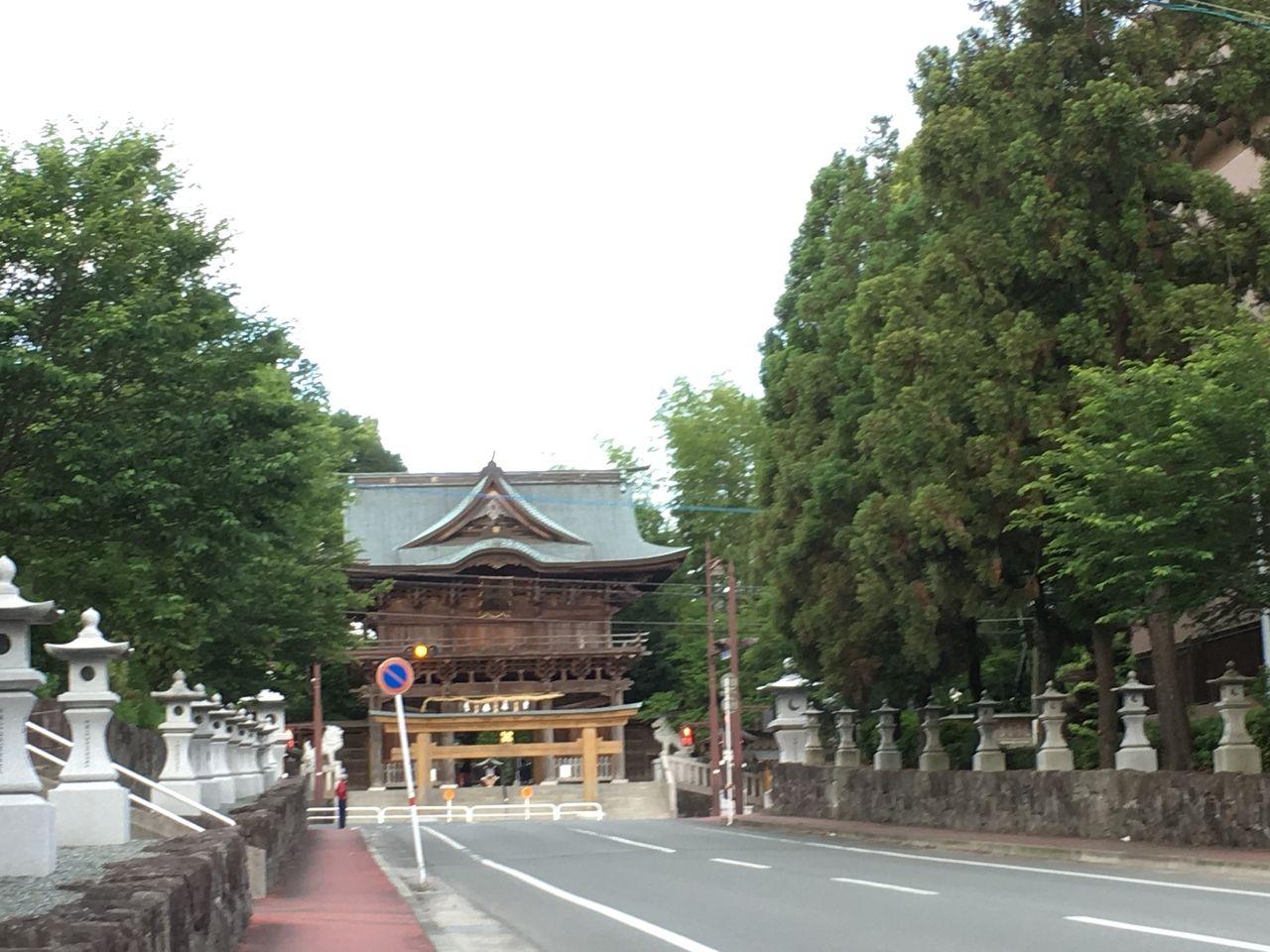 初夏の健軍神社参道から楼門を望む