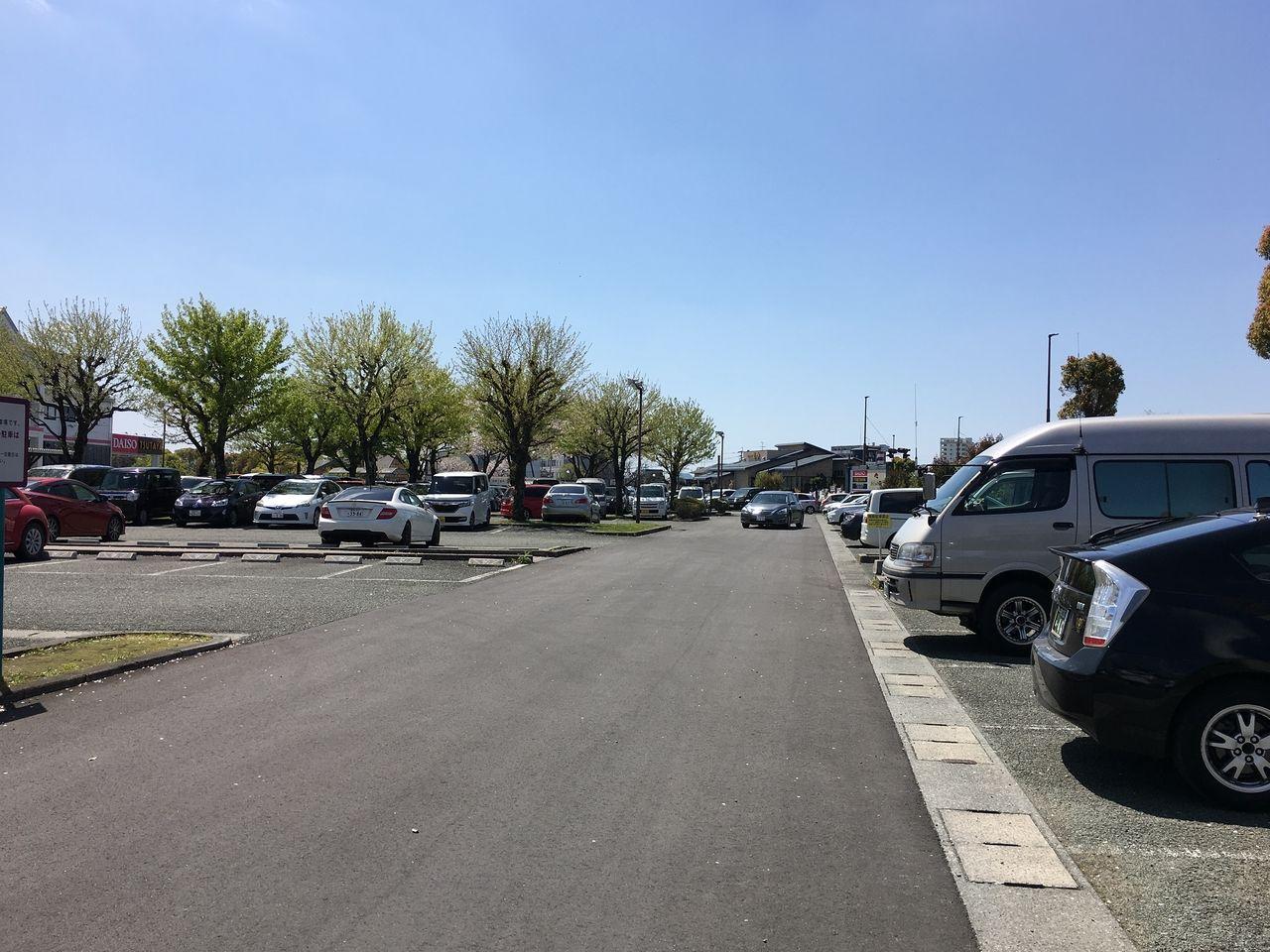 ショッピングモールさくらの森の広い駐車場