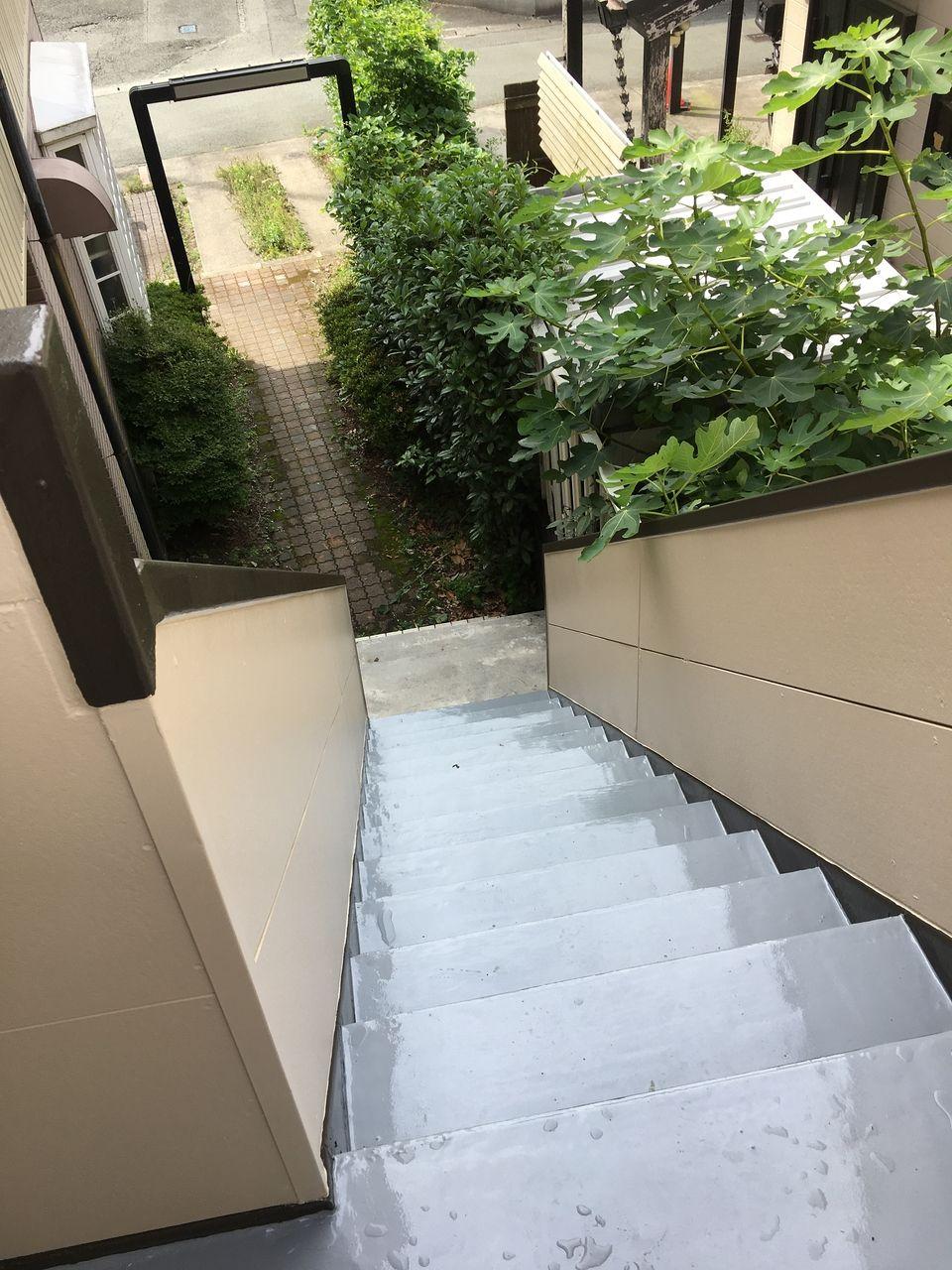 コーポPライムのコ塗装工事の仕上がった階段・上から見た階段.ウレタン防水仕上げなので耐久せいも安心です。